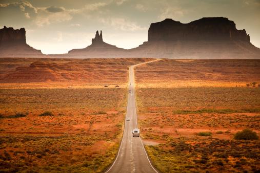 Utah「RV drives down the highway」:スマホ壁紙(2)