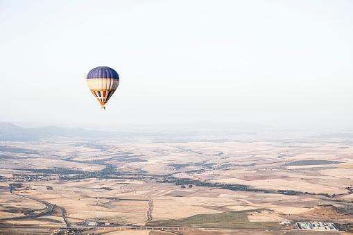 気球「Spain, Segovia, hot air balloon in the sky」:スマホ壁紙(16)