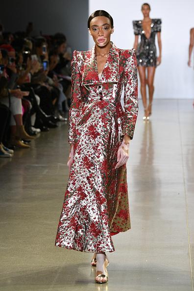 Metallic Dress「Cong Tri - Runway - February 2019 - New York Fashion Week: The Shows」:写真・画像(2)[壁紙.com]