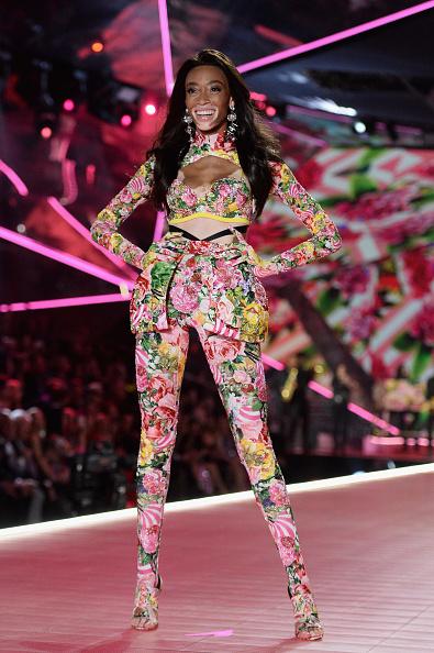 ウィニー・ハーロウ「2018 Victoria's Secret Fashion Show - Runway」:写真・画像(17)[壁紙.com]