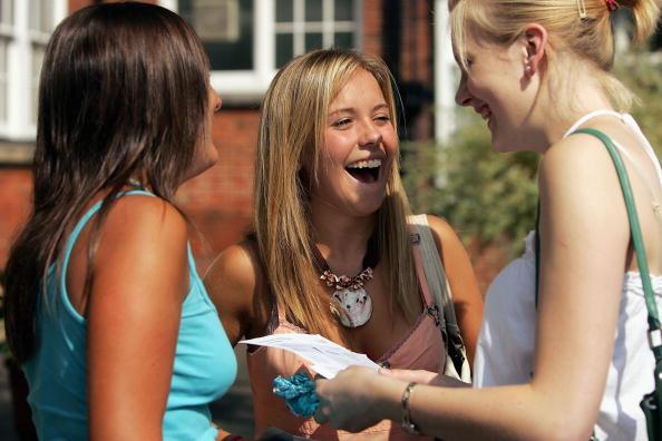 Essex - England「Students Receive A-Level Results」:写真・画像(6)[壁紙.com]