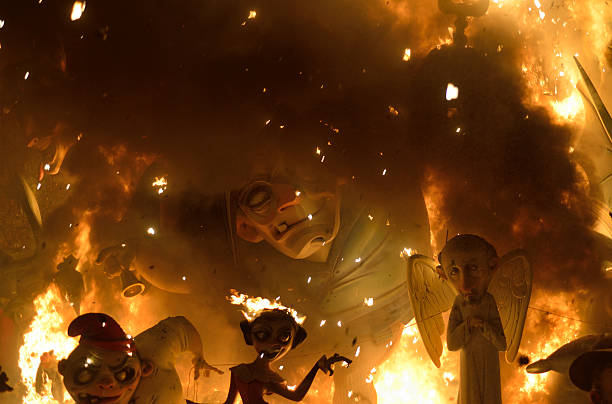 Giant puppet display burning, Las Fallas, Valencia:スマホ壁紙(壁紙.com)