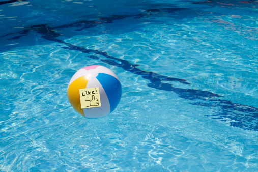 Wandsworth「Beach ball in a pool with a 'like' note attached」:スマホ壁紙(16)