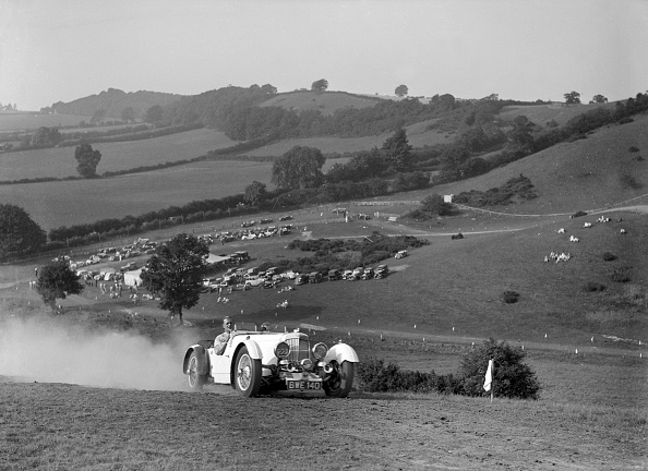 Dust「Aston Martin competing in the Singer CC Rushmere Hill Climb, Shropshire 1935」:写真・画像(6)[壁紙.com]