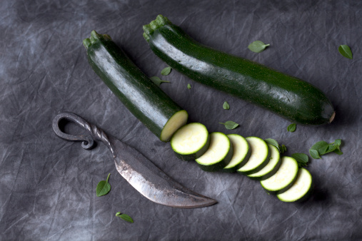 Zucchini「Courgette with knife on black textile, close up」:スマホ壁紙(13)