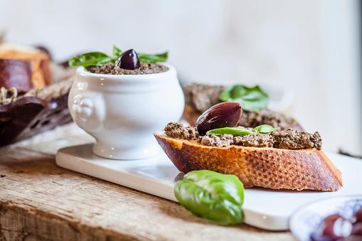 Tapenade「Black tapenade in bowl, crostini with olive paste」:スマホ壁紙(19)