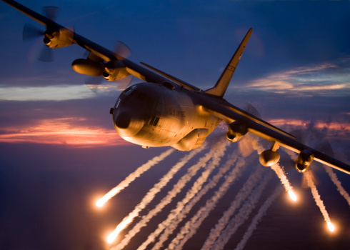Propeller「A C-130 Hercules from the Missouri Air National Guard releases flares during a training mission over Kansas.」:スマホ壁紙(17)