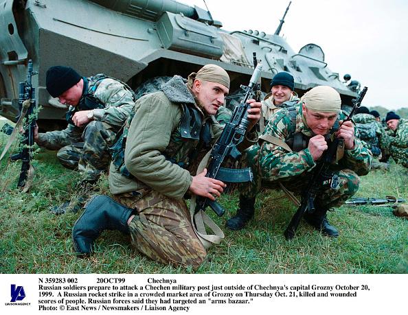 Wojtek Laski「Chechnya Russian Soldiers Prepare To Attack A Chechen Military Post Just Outsid」:写真・画像(3)[壁紙.com]