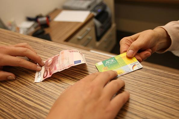 Paying「Doctors Seek Higher Fees From Health Insurers」:写真・画像(9)[壁紙.com]