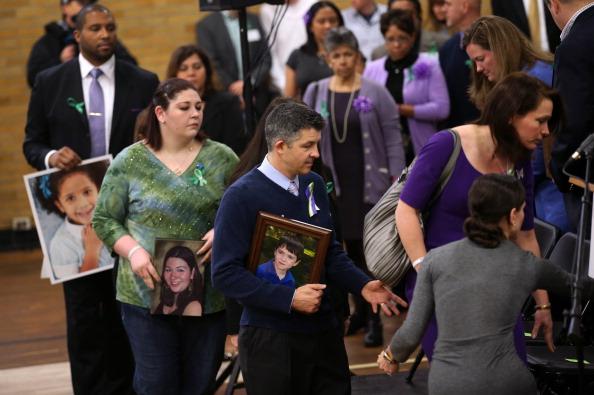 Parent「Newtown Commemorates One Month Anniversary Of Elementary School Massacre」:写真・画像(19)[壁紙.com]