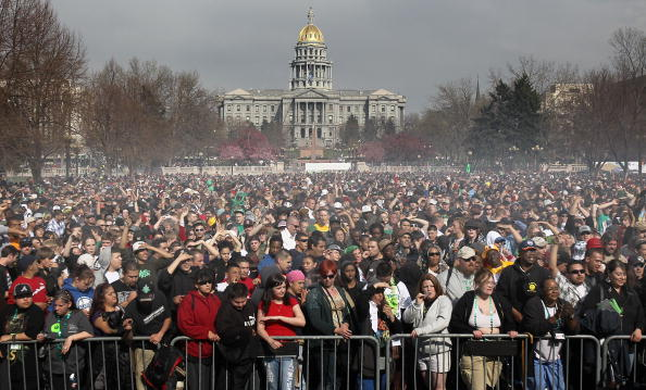 Cannabis Store「U.S. Marijuana Enthusiasts Gather For Mass Pot-Smoking Celebration」:写真・画像(6)[壁紙.com]