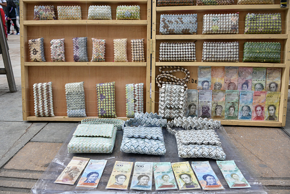 Wallet「Artists Turn Useless Venezuelan Currency Into Handicrafts」:写真・画像(7)[壁紙.com]