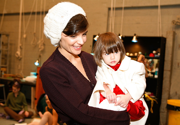 "Cream Colored Hat「Katie Holmes And Daughter Suri Visit ""The Nutcracker""」:写真・画像(17)[壁紙.com]"