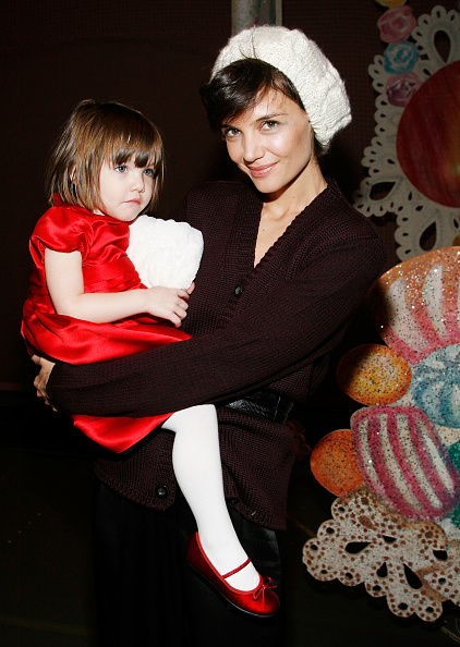 "Cream Colored Hat「Katie Holmes And Daughter Suri Visit ""The Nutcracker""」:写真・画像(13)[壁紙.com]"