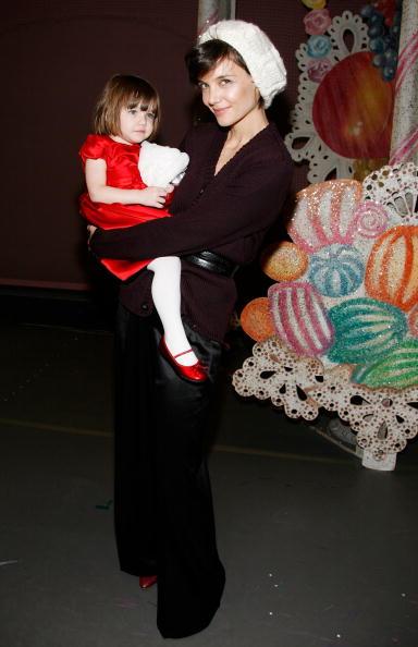 "Cream Colored Hat「Katie Holmes And Daughter Suri Visit ""The Nutcracker""」:写真・画像(15)[壁紙.com]"