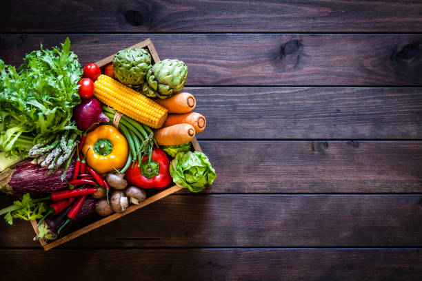 Top view of healthy vegetables in a wooden crate:スマホ壁紙(壁紙.com)