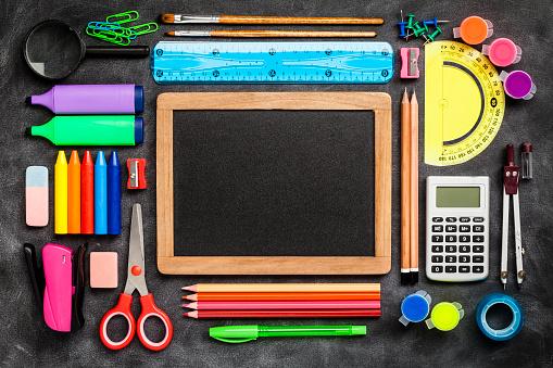 Chalk - Art Equipment「Top view of a blackboard with school supplies on black background」:スマホ壁紙(11)