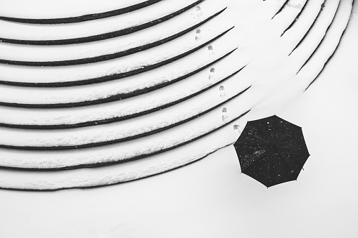 Women「Top view of winter fotprints and a umbrella.」:スマホ壁紙(7)