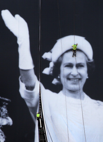 Rappelling「A Giant Jubilee Picture Of The Royal Family Is Unveiled At Sea Containers House」:写真・画像(19)[壁紙.com]