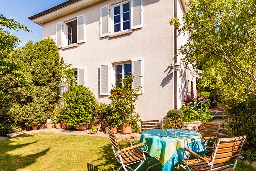 Stuttgart「Germany, Stuttgart, one-family house, garden table with lawn chairs」:スマホ壁紙(11)