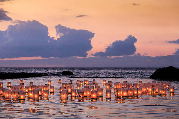 Floating lantern ceremony to remember departed:スマホ壁紙(壁紙.com)