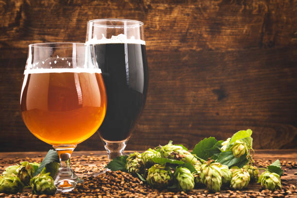 beer surrounded by hops on wooden background:スマホ壁紙(壁紙.com)