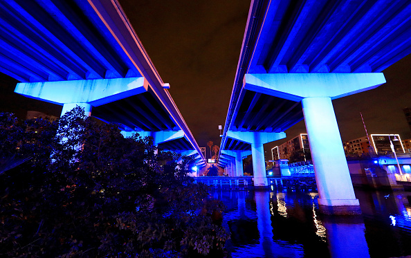 Tampa「Landmarks And Stadiums Across The Country Illuminated In Blue To Honor Essential Workers」:写真・画像(10)[壁紙.com]