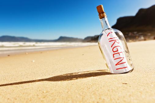 寂しさ「「緊急」とメッセージをボトルでも続くビーチ。」:スマホ壁紙(16)