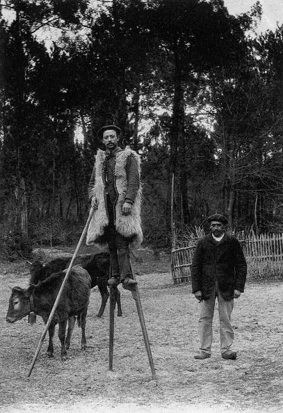 Nouvelle-Aquitaine「Sheperds in the Landes (France) on stilt, postcard, c. 1930」:写真・画像(0)[壁紙.com]