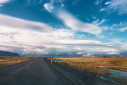 一本道「アイスランドの空のアスファルト道路」:スマホ壁紙(17)