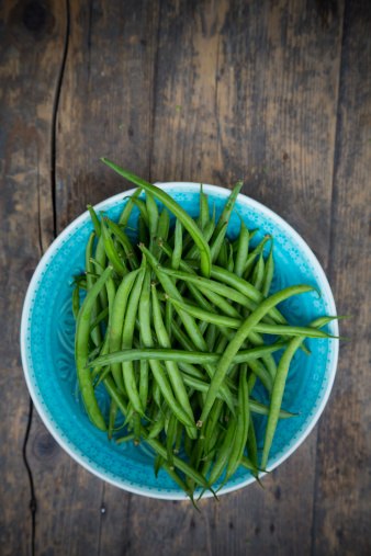 Green Bean「Turquoise bowl of green beans on wooden table」:スマホ壁紙(19)