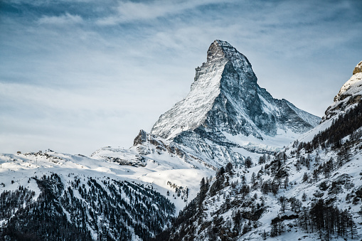 Ski Resort「World famous mountain peak Matterhorn above Zermatt town Switzerland, in winter」:スマホ壁紙(17)