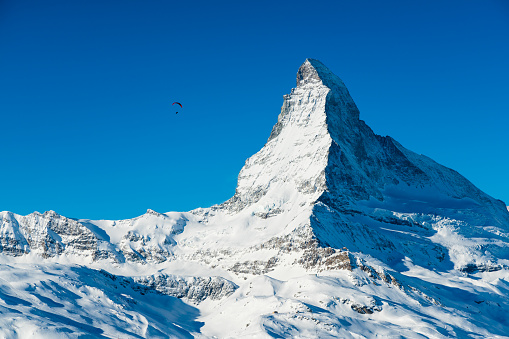 Unrecognizable Person「World famous mountain peak Matterhorn above Zermatt town Switzerland, in winter」:スマホ壁紙(14)