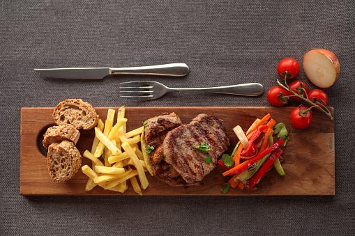 Plate「Beef steak and vegetables on wooden plank」:スマホ壁紙(13)