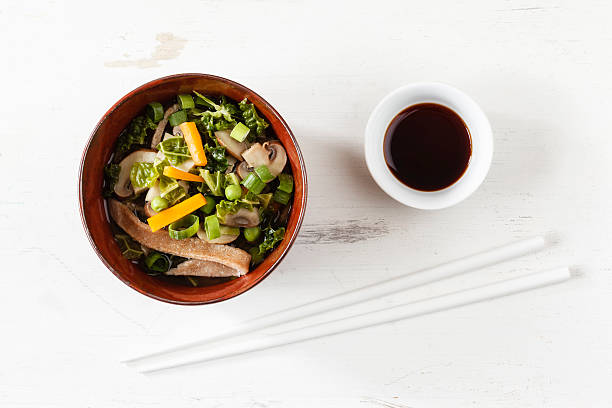 Bowl of miso soup with carrots, champignons and savoy:スマホ壁紙(壁紙.com)
