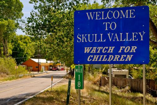 Yavapai County「USA, Arizona, Yavapai, Skull Valley, Welcome sign」:スマホ壁紙(11)
