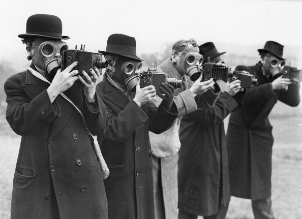 写真家「Press photographers wearing gas masks. Photograph, around 1935. Faldfield, Gloucestershire. England.」:写真・画像(16)[壁紙.com]