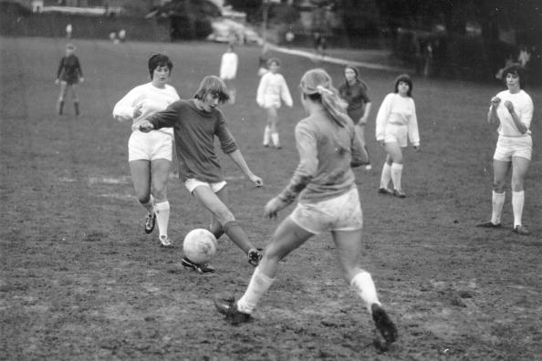 Playing「Women's Football」:写真・画像(2)[壁紙.com]