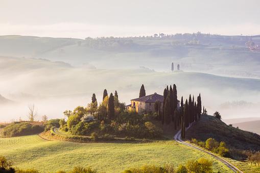 Val d'Orcia「Misty sunrise over Belvedere, Tuscany, Italy」:スマホ壁紙(0)