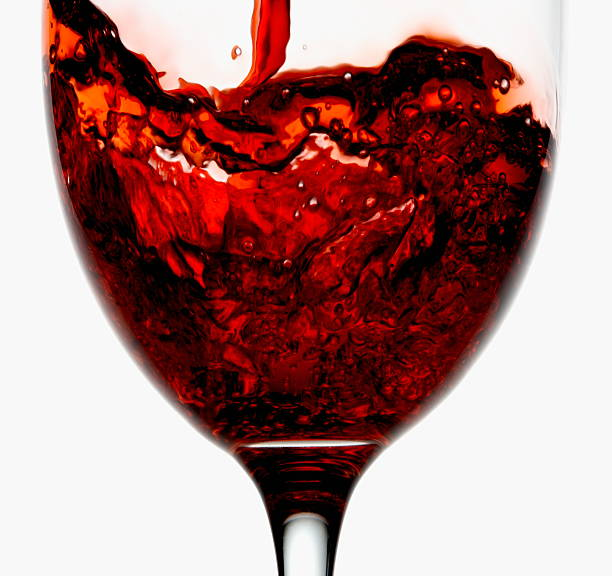 Red wine being poured into wineglass, close-up:スマホ壁紙(壁紙.com)