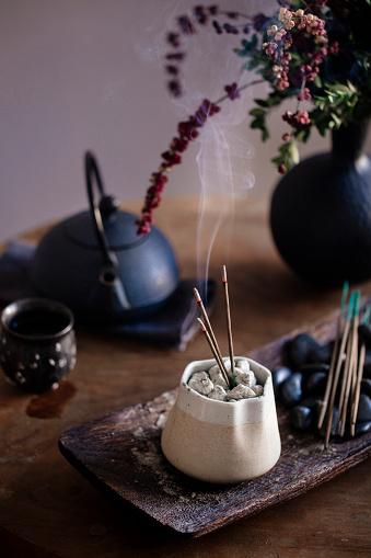 Teapot「Incense burning on table」:スマホ壁紙(10)