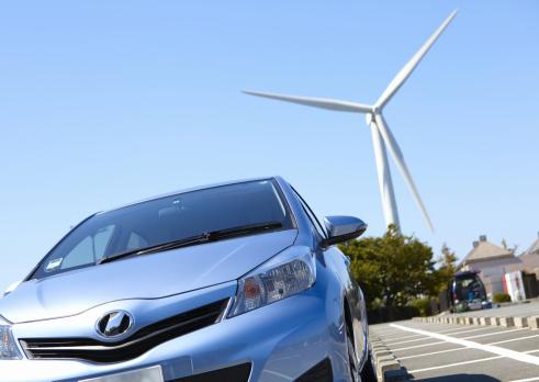 電気自動車「Wind turbine and a car」:スマホ壁紙(9)