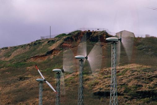 オアフ島「Wind turbines with spinning blades, hill in background」:スマホ壁紙(0)
