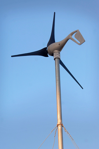 Copy Space「Wind turbine for self sufficient home, Penny Farm, Dorset, UK」:写真・画像(2)[壁紙.com]