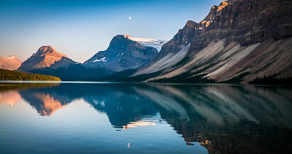 Mirror Lake「Bow Lake at sunset in Alberta, Canada」:スマホ壁紙(4)