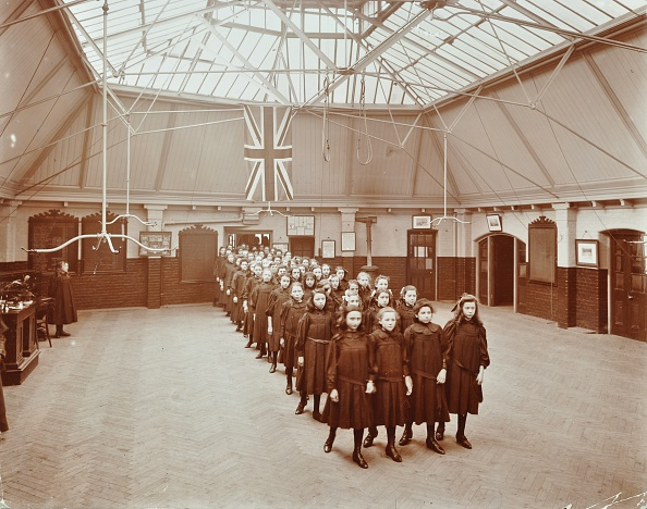 Greater London Council「Girls Returning From Play, Thomas Street Girls School, Limehouse, Stepney, London, 1908. Artist: Unknown.」:写真・画像(7)[壁紙.com]