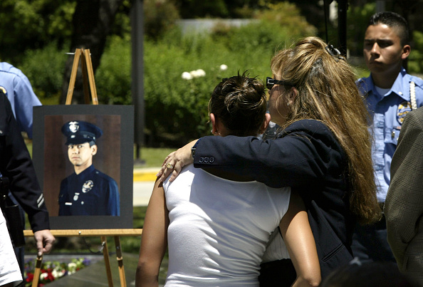 Paying「L.A. Police Department Pays Homage To Fallen Officers」:写真・画像(17)[壁紙.com]