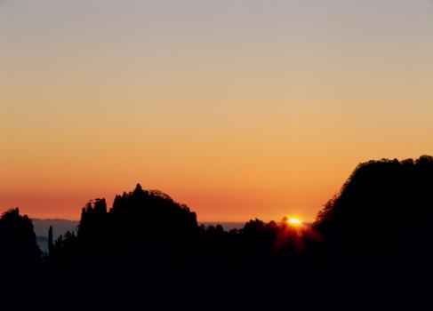 Morning Glory「Morning Sun and Mount Huangshan, Anhui Province, China」:スマホ壁紙(13)