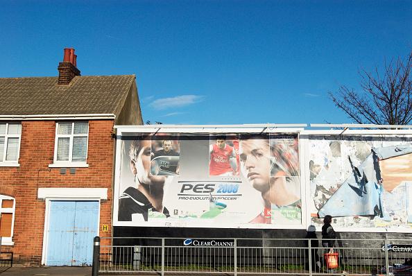 Clear Sky「Bill-board advertising next to housing, Colchester, UK」:写真・画像(8)[壁紙.com]