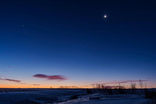 満ちていく月「Venus and Jupiter in close conjunction very low in the southeast sky, Alberta, Canada.」:スマホ壁紙(10)
